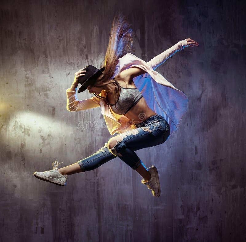 在表现期间的适合的年轻舞蹈家 免版税库存照片