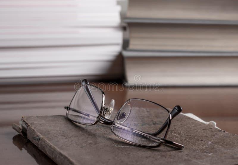 在表的书和数量 免版税图库摄影