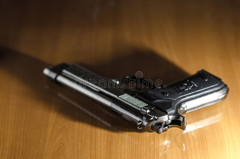 在表的手枪 免版税库存照片