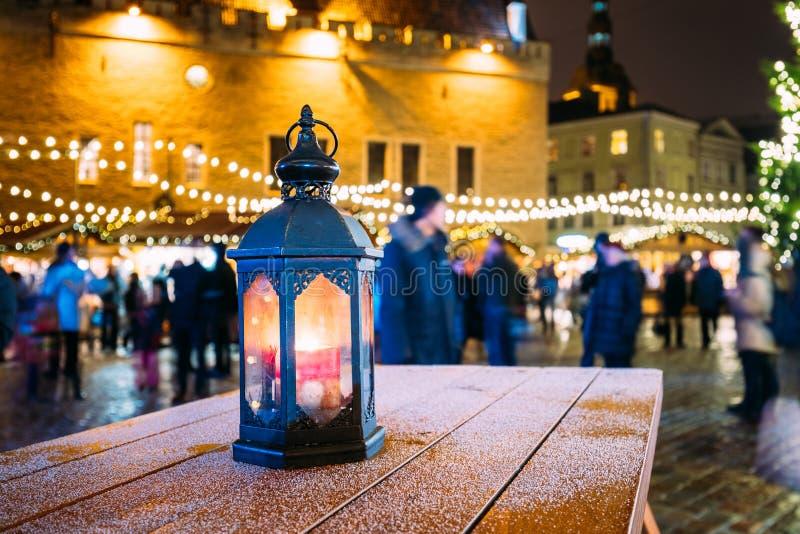 在表的摩洛哥老葡萄酒灯笼灯室外在夜圣诞节 库存照片