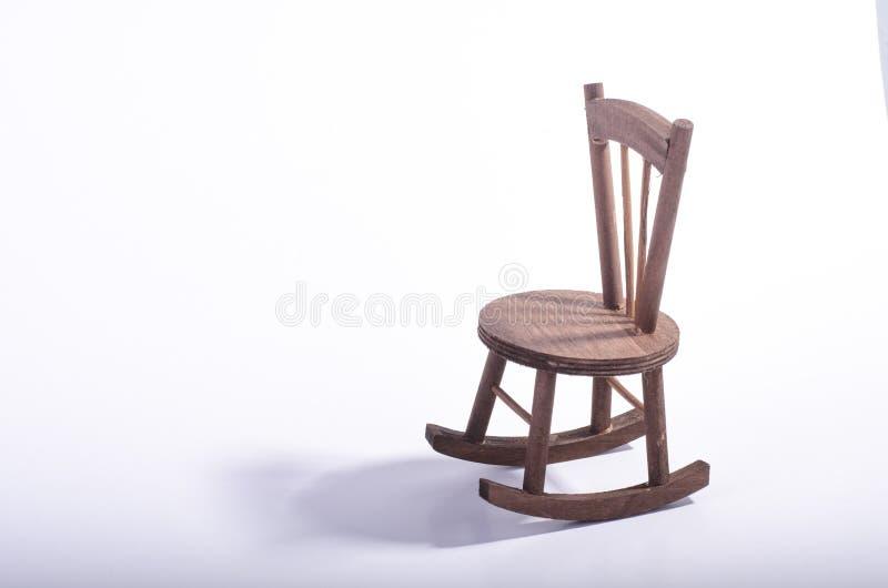 在表达木的地板上的微型椅子偏僻的感觉和失踪某人概念 库存照片