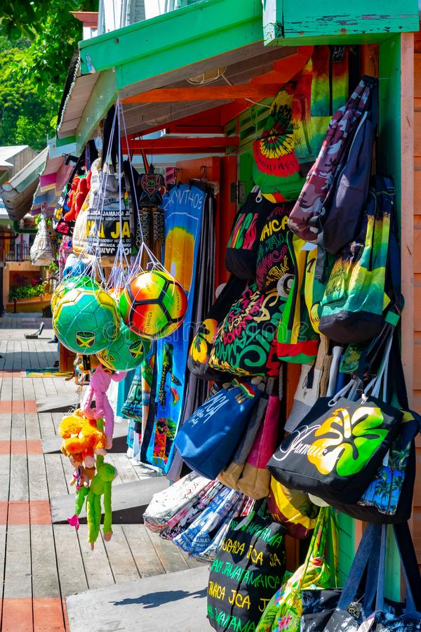 在袋子、衣裳和其他辅助部件的牙买加/Rasta颜色在工艺市场供营商商店在奥乔里奥斯,在游轮口岸附近 免版税库存照片