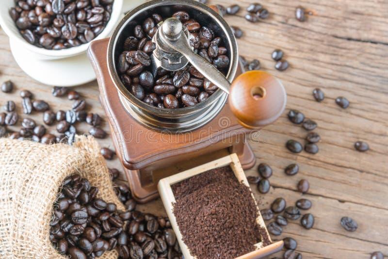 在袋子和研磨机的咖啡豆 免版税库存照片