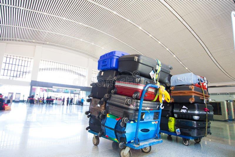 在袋子的许多五颜六色的行李堆在装载前 库存照片