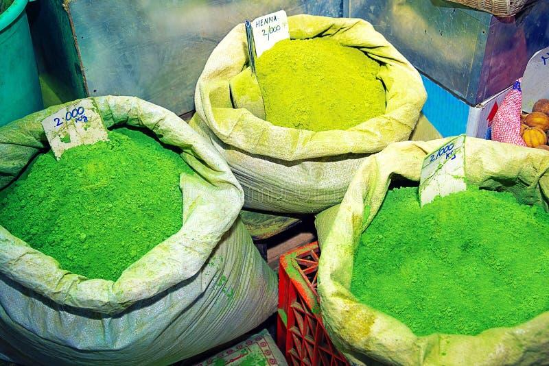 在袋子的绿色无刺指甲花粉末,在souk市场上在马斯喀特 免版税库存照片
