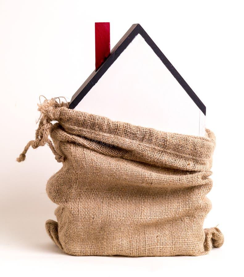 在被出售的大袋里面的粗麻布房子 免版税图库摄影