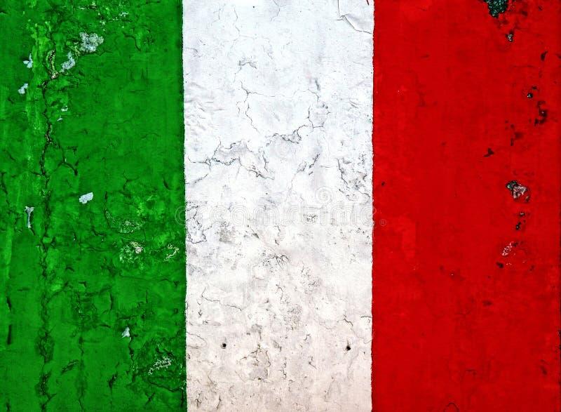 在被剥皮的被风化的墙壁上的意大利国旗绘画 库存照片