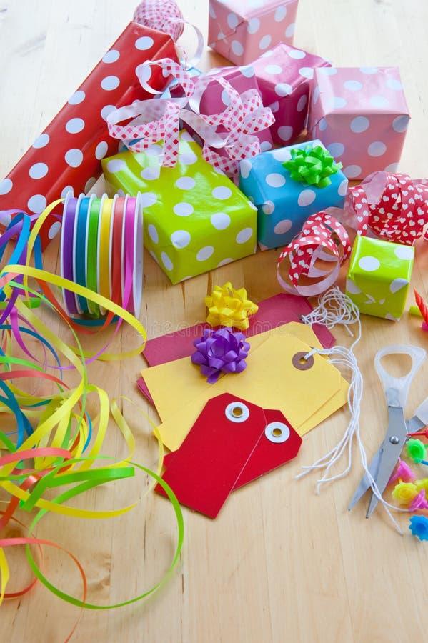 在被加点的纸包裹的五颜六色的礼物盒 库存图片