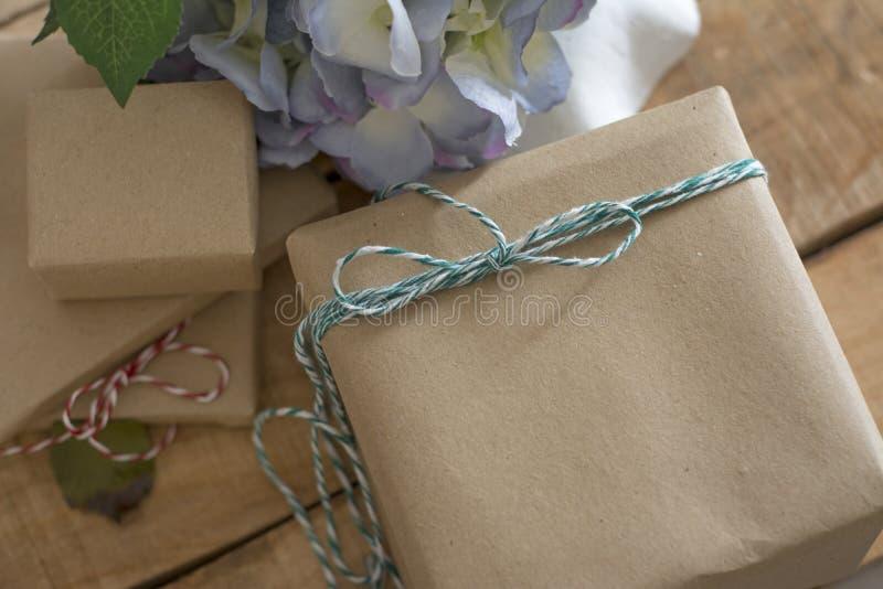 在被回收的纸包裹的礼物盒 免版税库存图片