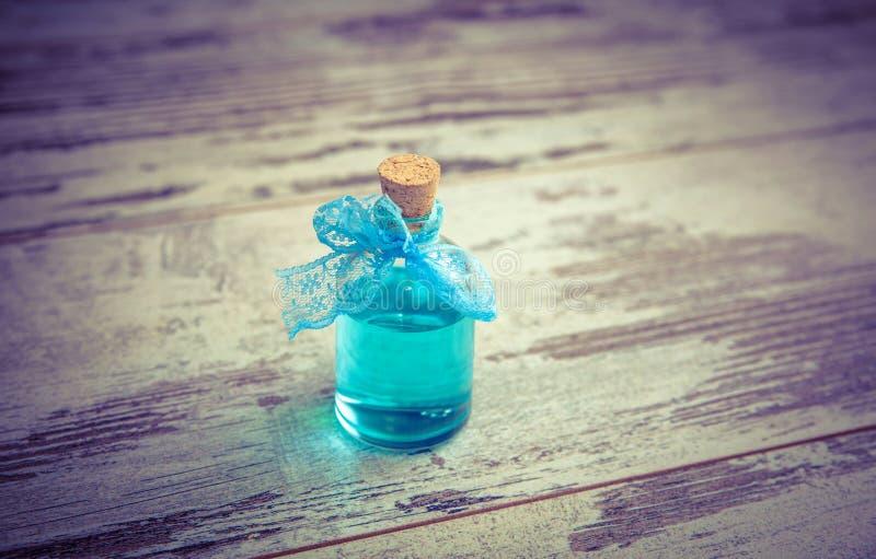 在被定调子的小瓶的蓝色科隆香水 库存图片