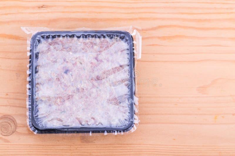 在被密封的木盆的方便被包装的剁碎的生肉狗食 库存图片