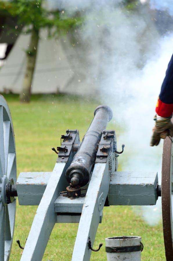 在被射击的野战炮 库存图片