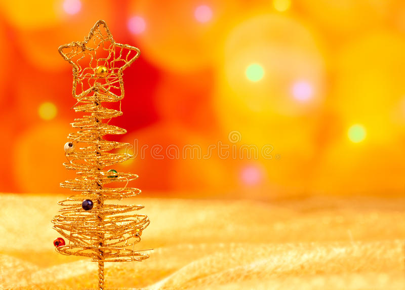 在被弄脏的光的圣诞节金黄电汇结构树 免版税图库摄影