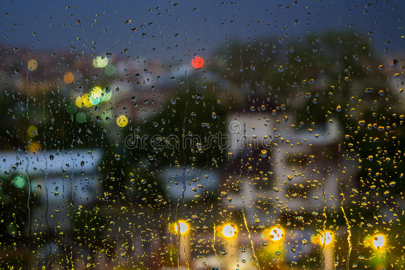 在被弄脏的光背景的抽象背景雨珠 免版税库存照片