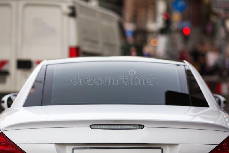 在被弄脏的城市交通前面的停放的汽车 免版税库存照片