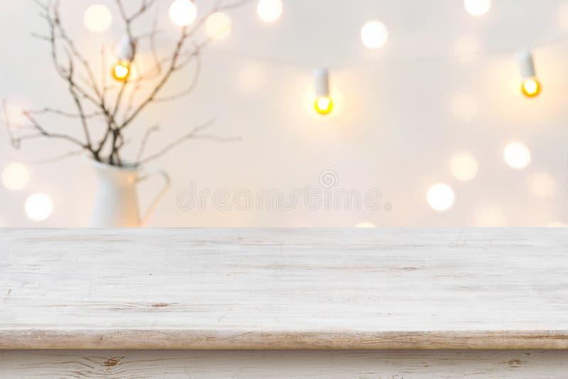 在被弄脏的抽象寒假背景前面的木桌 免版税库存图片
