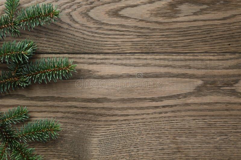 在被弄脏的橡木桌上的冷杉分支从上面 免版税库存照片