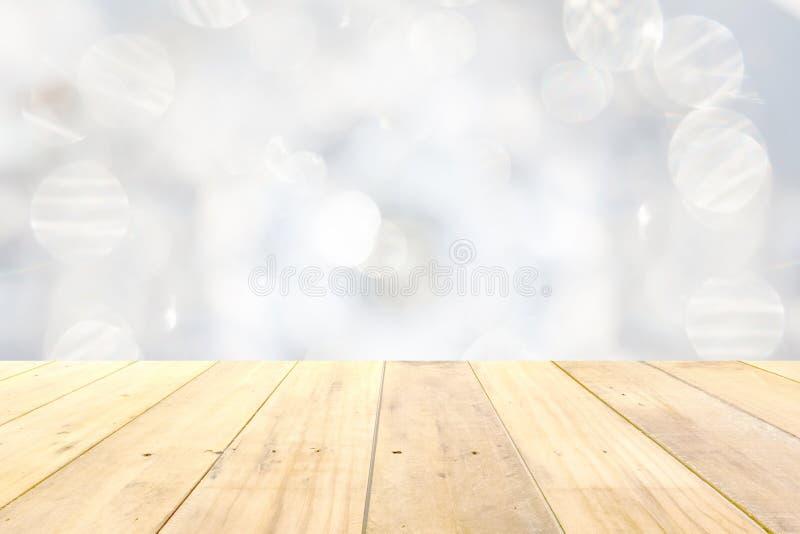 在被弄脏的白色bokeh摘要backgroun的木盘区台式 免版税图库摄影