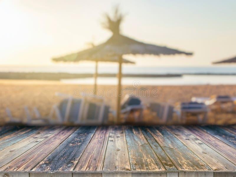 在被弄脏的背景前面的木板空的桌 它可以为显示或蒙太奇使用您的产品 沙滩, 库存图片