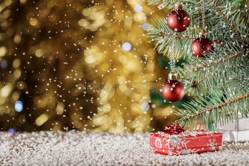在被弄脏的背景的红色圣诞节球 袋子看板卡圣诞节霜klaus ・圣诞老人天空 Falli 库存图片