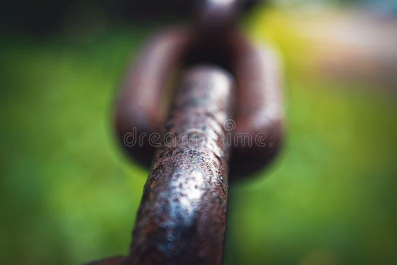 在被弄脏的背景软的焦点的厚实的钢链子 库存照片