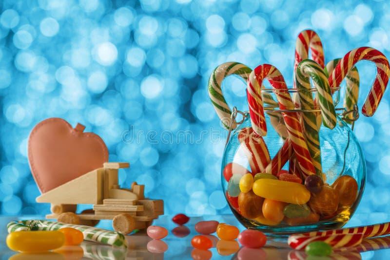 在被弄脏的bokeh背景的色的糖果 在玩具t的桃红色心脏 库存图片