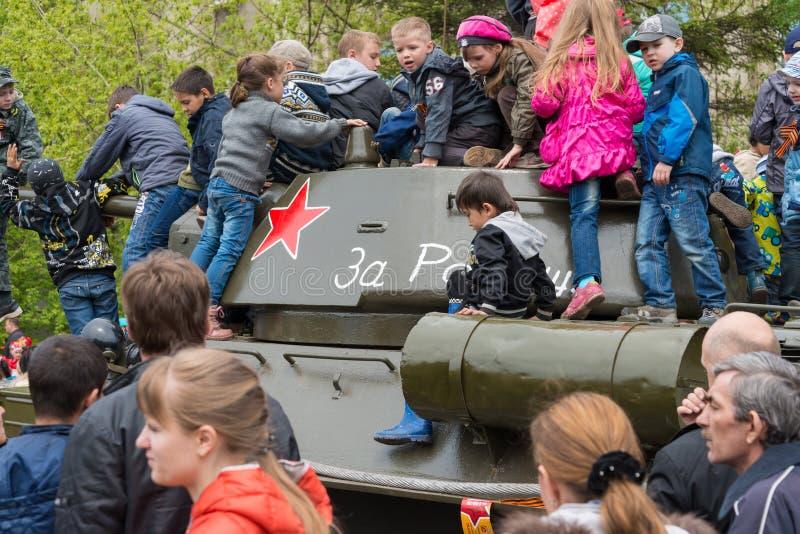 在被恢复的T-34中型油箱的儿童游戏 库存图片