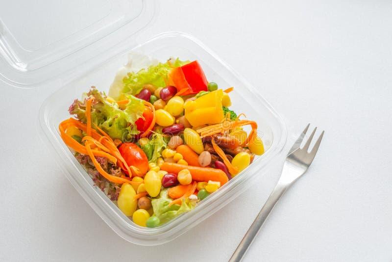 在被打开的塑料盒的混合沙拉 免版税库存图片