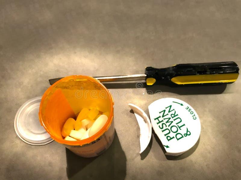 在被打开的能防止孩童瞎摸弄的盖帽药物容器的医学 库存图片