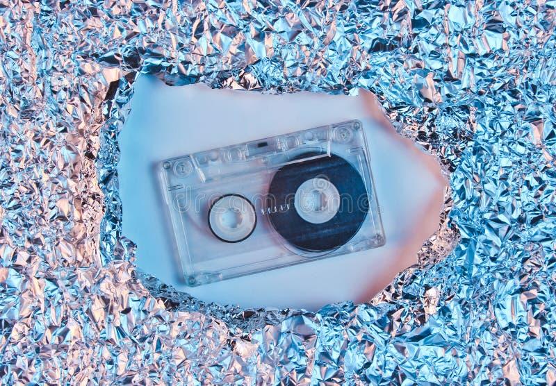 在被撕毁的被弄皱的箔空间的减速火箭的卡型盒式录音机 免版税库存照片