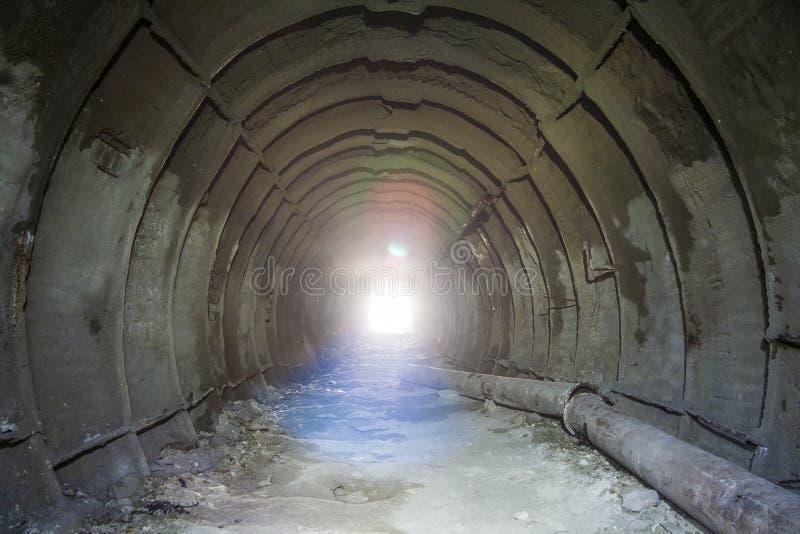在被放弃的多白粉矿金属化tubbing的衬里在别尔哥罗德州 免版税库存照片
