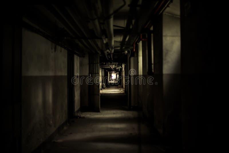 在被放弃的大厦的可怕隧道 免版税库存照片