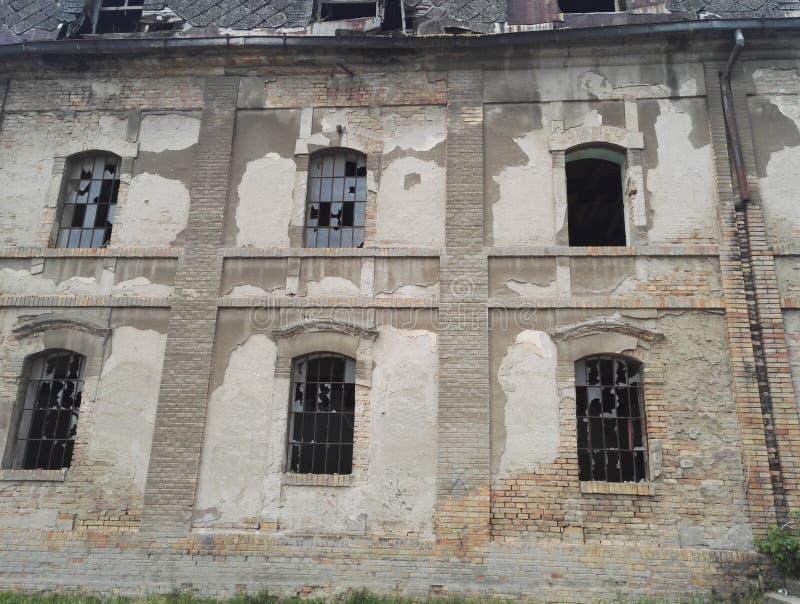 在被放弃的工厂厂房的残破的窗口 库存图片