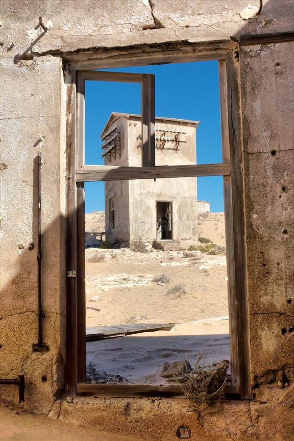 在被放弃的房子的看法在沙漠 免版税图库摄影