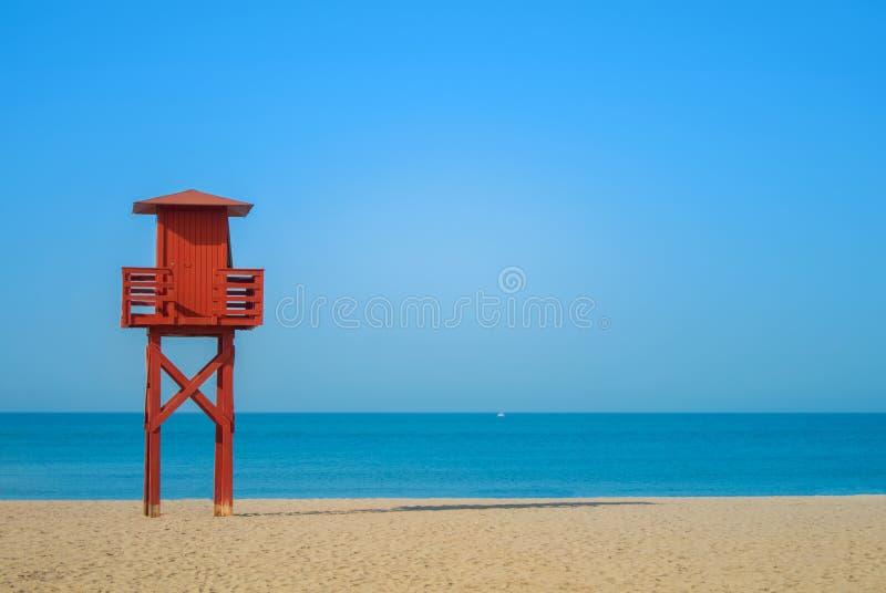 在被放弃的海滩的深红木救生员塔在Benalm 库存图片