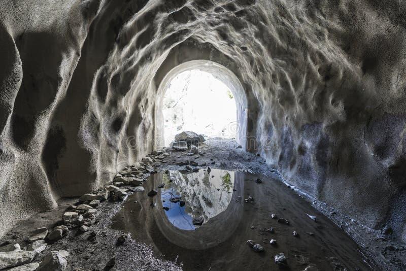 在被放弃的矿入口里面 免版税库存图片