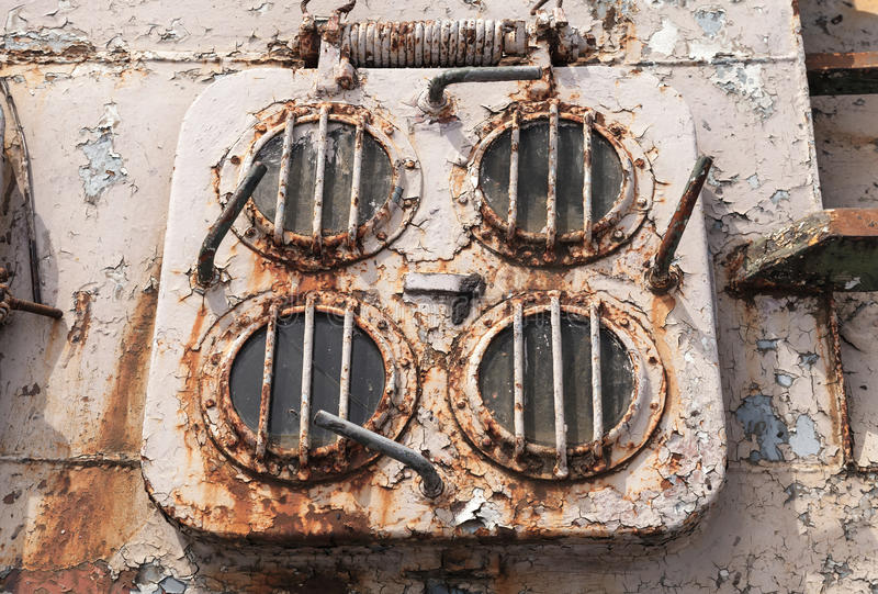 在被放弃的船的老脏的紧急出口舱口盖 库存照片