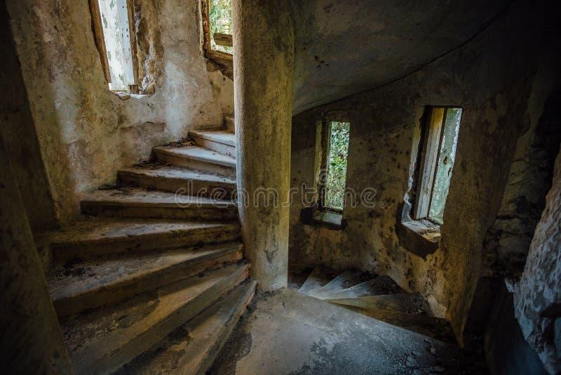 在被放弃的豪宅塔的老螺旋形楼梯  免版税库存照片