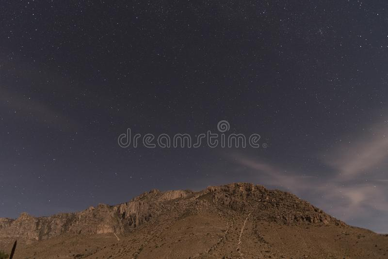 在被月光照亮瓜达卢佩河山上的星 库存图片