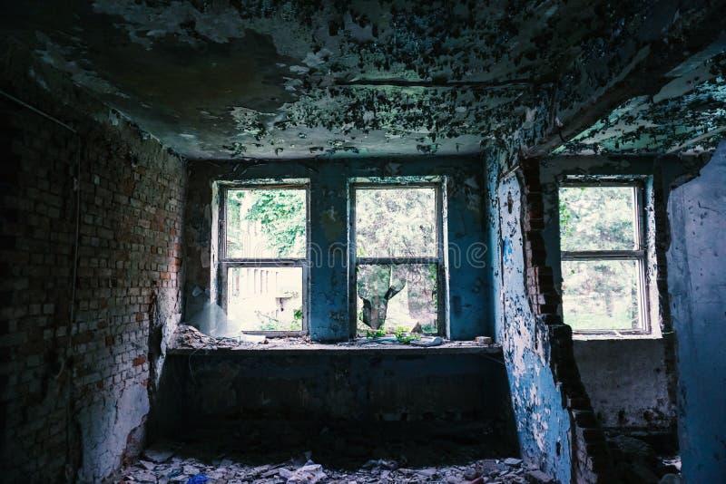 在被毁坏的大厦的Windows,被放弃 免版税库存照片