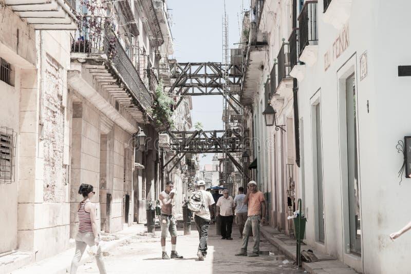 在被毁坏的大厦的Workmaen在接受significa的街道 免版税库存图片