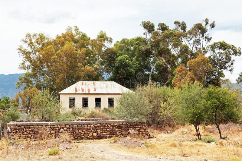 在被毁坏的状态的废弃的教学楼在Dwarsrivier,西开普省 库存图片