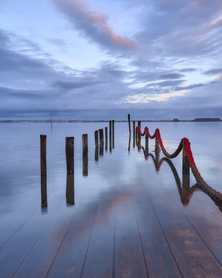 在被淹没的船坞的云彩 免版税库存图片