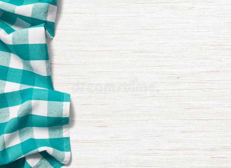 在被漂白的木桌上的被折叠的深蓝桌布 免版税库存图片
