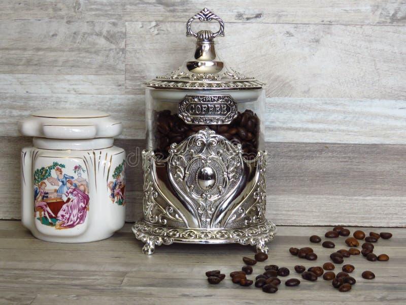 在被漂白的橡木木架子瓷和玻璃银色葡萄酒英镑的咖啡瓶子 免版税图库摄影