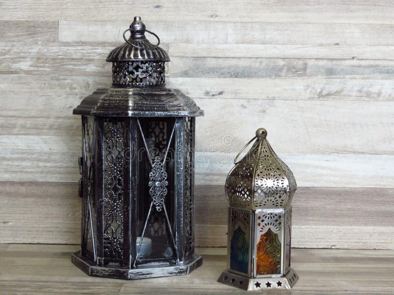 在被漂白的橡木背景的两个非常老银色灯笼 图库摄影