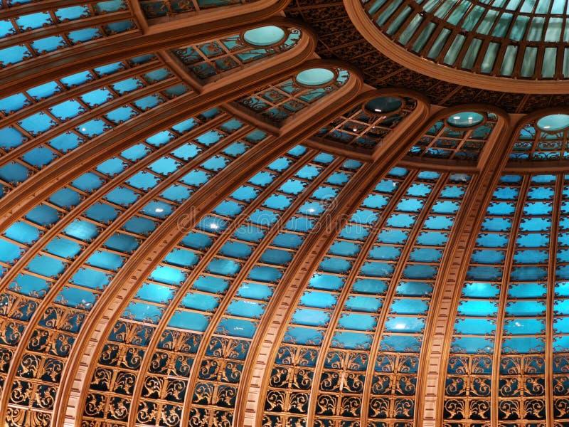 在被点燃的部分里面的圆顶-现代建筑学 库存照片