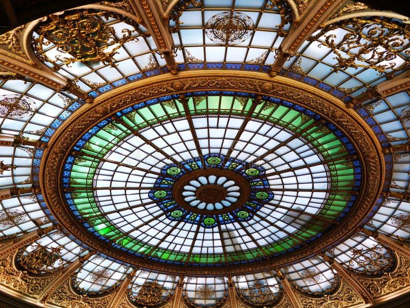 在被点燃的部分里面的圆顶-现代建筑学 免版税库存照片