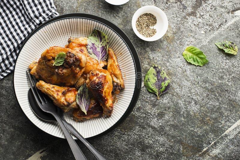 在被烘烤的南瓜、酸性稀奶油和蓬蒿的烤箱编结烘烤的开胃鸡在热的甜结霜在a 免版税库存图片