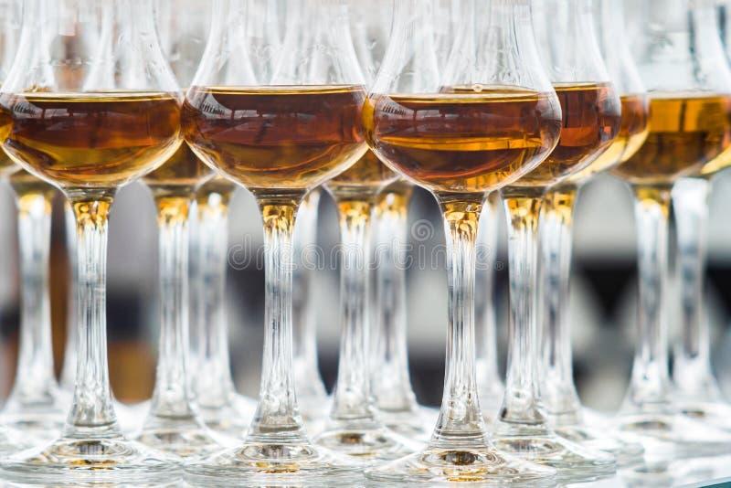 在被烙记的玻璃的亲爱的苏格兰威士忌酒在一条高腿 库存图片